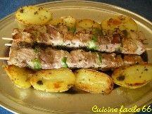 Brochettes de gigot d'agneau à la plancha, pommes de terre et poivrons