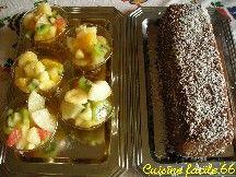 Salade de fruits à gauche sur la photo