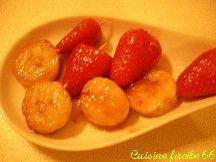Mini brochettes banane, fraises au caramel de muscat et vanille
