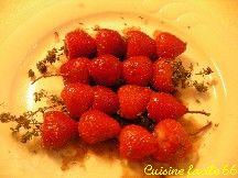 Brochettes de fraises au thym, miel et vinaigre balsamique à la plancha