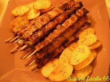 Brochettes de porc au miel et pommes de terre au basilic à la plancha