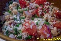 Salade de riz au thon, tomates, poivrons, petits pois et oignons nouveaux