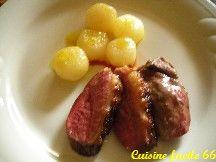 Magret de canard gras aux navets glacés au miel de romarin et jus d'orange