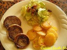 Cou de canard farci, pommes de terre sautées, salade aux grattons