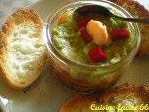 Verrine de guacamole, salade de tomate et crevettes en verrine